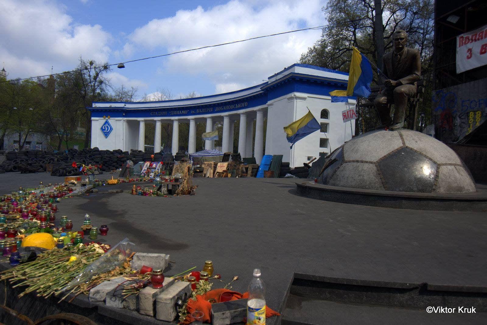 """На территории возле стадиона положили новую брусчатку. Кроме того, отремонтирован и вход на спортивный объект """"Динамо""""."""