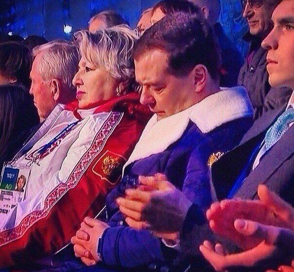 Дмитрий Медведев уснул во время открытия Олимпиады в Сочи