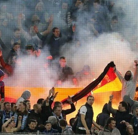 Болельщики «Зенита» бесцеремонно сожгли флаг Германии прямо на трибуне (ВИДЕО)