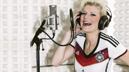 В Германии 25-летней порнозвезде разрешили спеть гимн сборной